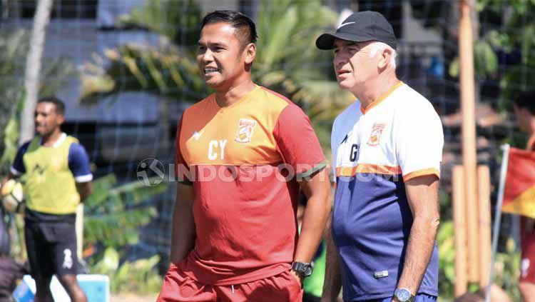 Mario Gomes saat memberi instruksi bersama Asistennya, Charis Yulianto. Copyright: © Ian Setiawan/INDOSPORT