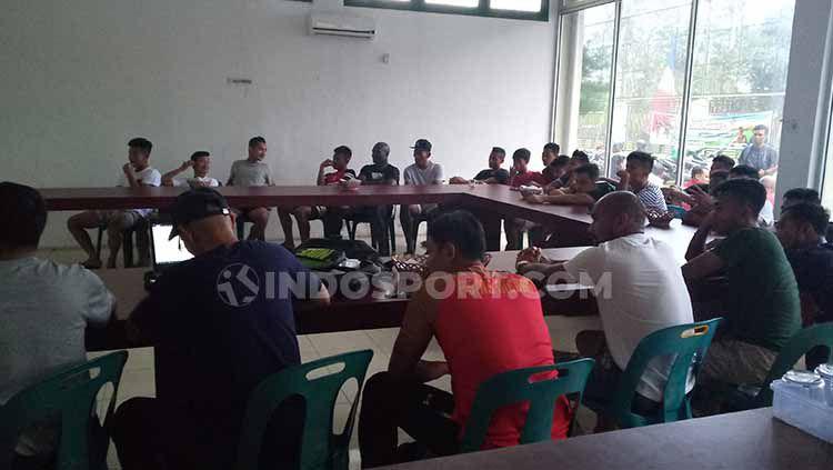 Skuat PSMS Medan saat menggelar classroom, Senin (09/09/2019) sore. Copyright: © Aldi Aulia Anwar/INDOSPORT