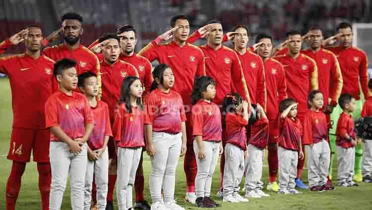 Skuat Timnas Indonesia menyanyikan lagu kebangsaan Indonesia Raya, Selasa (10/09/2019). Foto: Herry Ibrahim/INDOSPORT. Copyright: © Herry Ibrahim/INDOSPORT