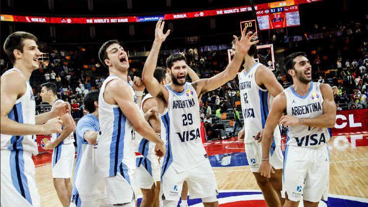 Selebrasi para pemain Argentina usai menumbangkan Serbia di babak perempatfinal FIBA World Cup 2019. Copyright: © FIBA