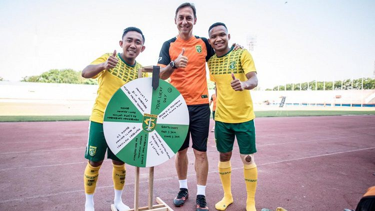 Wolfgang Pikal berfoto dengan wheel of fortune. Copyright: © Media Persebaya