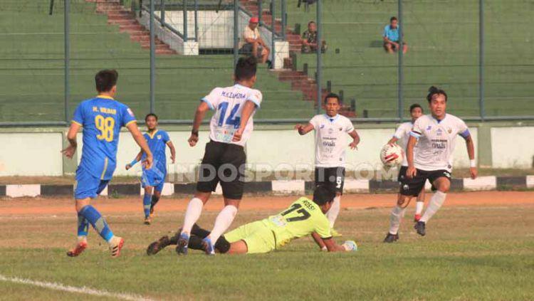 Penjaga gawang Aceh Babel United, Gianluca Pagliuca Rossy memblok bola saat pertandingan Liga 2 2019 menghadapi Blitar Bandung United di Stadion Siliwangi, Kota Bandung, Kamis (12/09/2019). Copyright: © Arif Rahman/INDOSPORT