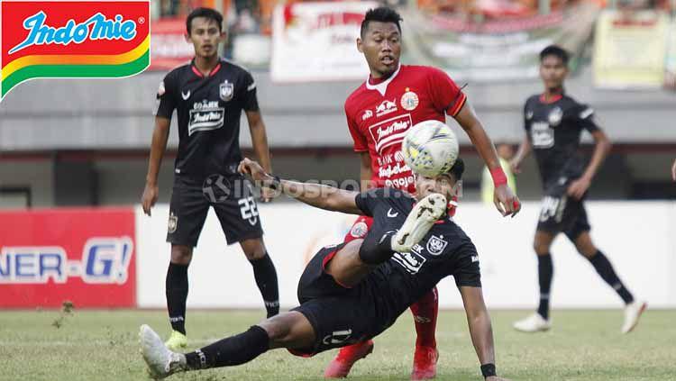 Duel udara pemain Persija Jakarta vs PSIS Semarang pada pertandingan Liga 1 di Stadion Patriot Bekasi, Minggu (15/09/19). Copyright: © Herry Ibrahim/INDOSPORT
