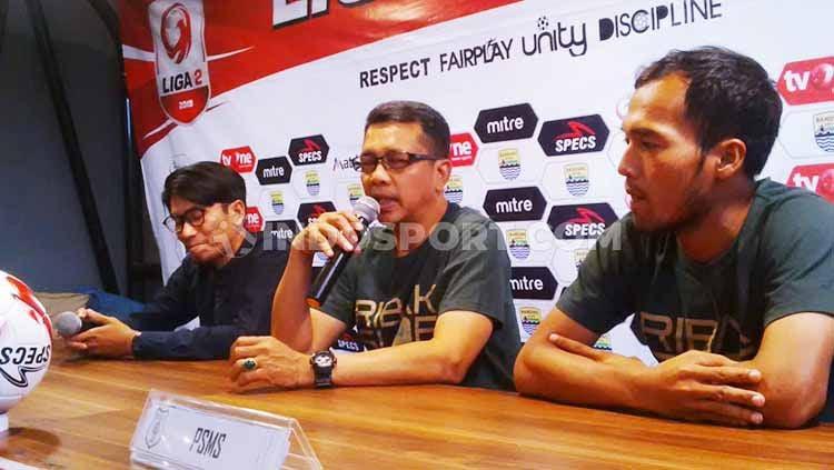 Pelatih PSMS Medan, Jafri Sastra (tengah) saat konferensi pers di Graha Persib, Jalan Sulanjana, Kota Bandung, Senin (16/09/2019). Copyright: © Arif Rahman/INDOSPORT