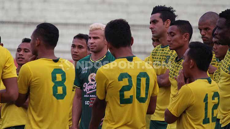 Indosport - Diogo Campos saat menghadiri latihan Persebaya di Stadion Gelora Delta Sidoarjo. Selasa (16/09/19).