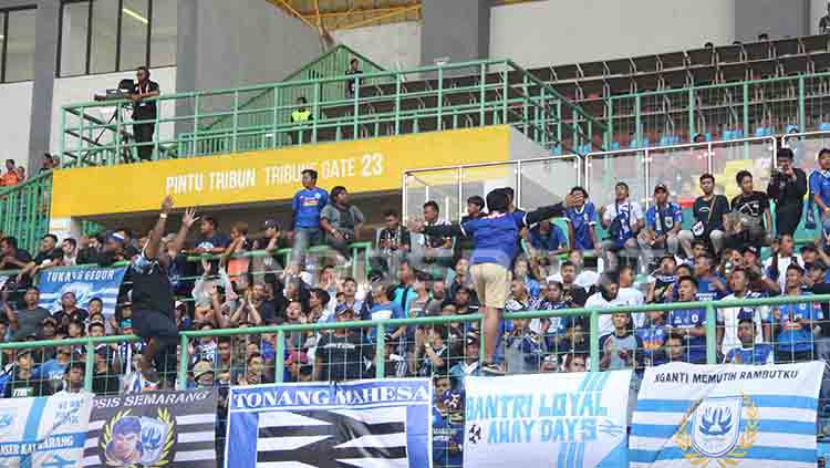 Aksi suporter PSIS ketika mendukung klub kesayangannya saat melawan Persija di Stadion Patriot Candrabhaga, Bekasi. Copyright: © Alvin Syaptia Pratama/INDOSPORT
