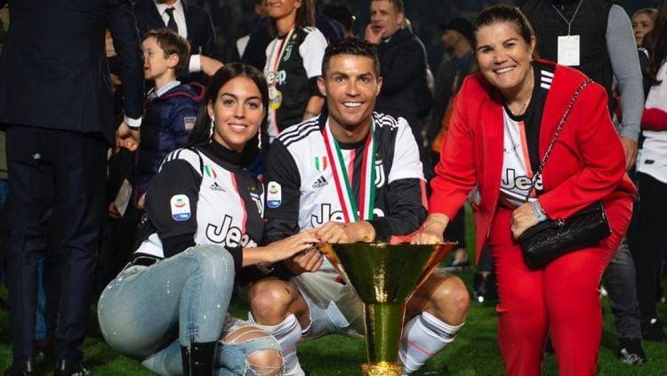 Maria Dolores (kanan), ibu dari Cristiano Ronaldo bersama Georgina Rodriguez. Copyright: © instagram.com/cristiano