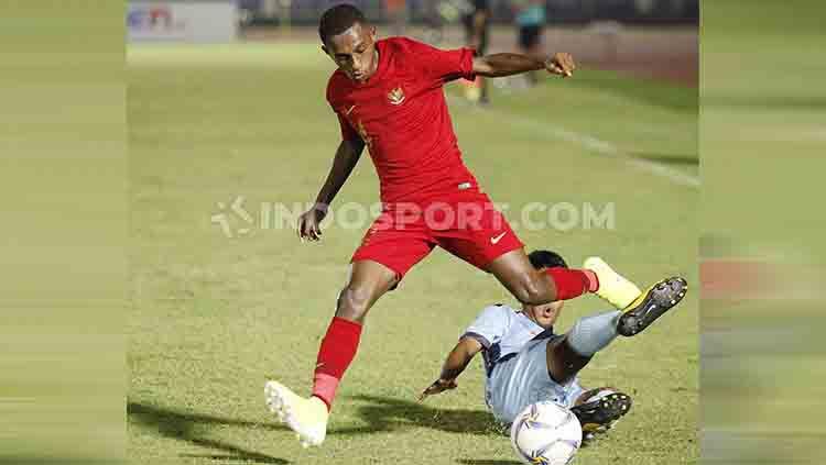 Alexander Kamuru mendapat hadangan dari pemain Mariana Utara saat sedang menyerang. Copyright: © Herry Ibrahim/INDOSPORT