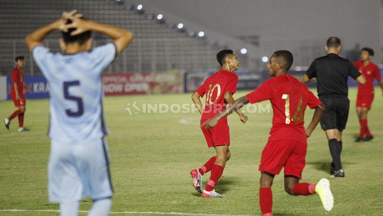 Selebrasi para pemain Timnas Indonesia U-16 saat melawan Kep. Mariana Utara U-16. Copyright: © Herry Ibrahim/INDOSPORT