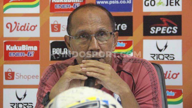 Pelatih Bambang Nurdiansyah saat hadiri sesi konferensi pers sebelum melawan Persebaya. Copyright: © Alvin Syaptia Pratama/INDOSPORT