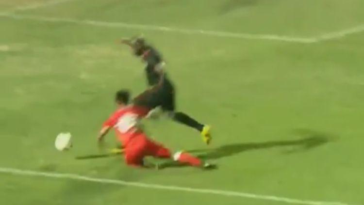 Detik-detik pemain Badak Lampung, Suhandi, dianggap melakukan diving di kotak penalti. Copyright: © Liga 1