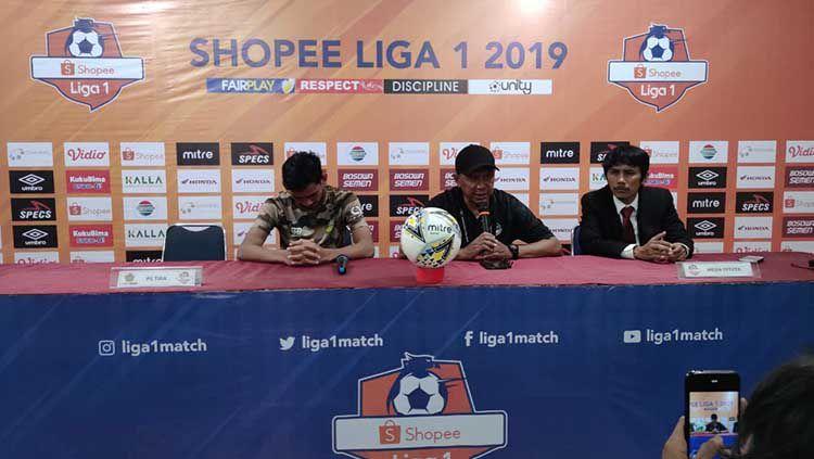 Ryan Kurnia dan Rahmad Darmawan mewakili Tira Persikabo pada konferensi pers pasca melawan PSM Makassar Copyright: © Media PSM Makassar