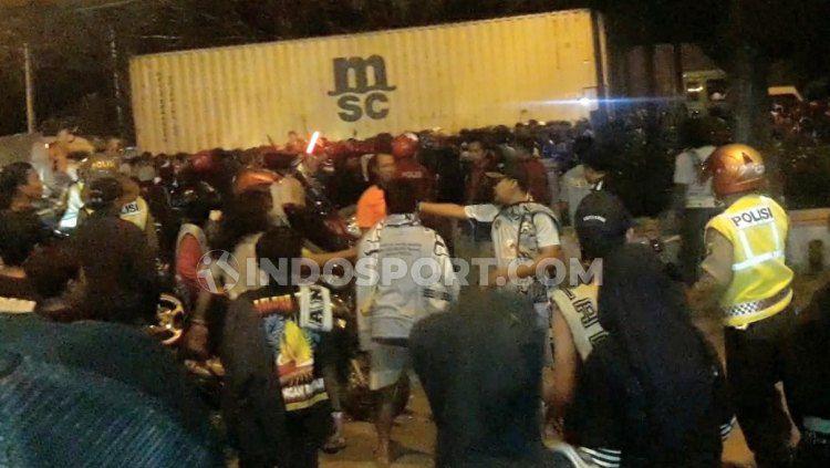 Oknum Aremania dan suporter Persela Lamongan terlibat kerusuhan kecil, Jumat (20/09/19). Copyright: © INDOSPORT/Ian Setiawan