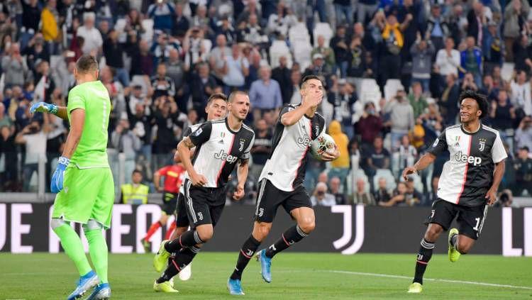 Pemain Juventus, Cristiano Ronaldo, merayakan golnya ke gawang Verona dalam lanjutan Serie A Liga Italia 2019/20. Copyright: © Twitter @juventusfc