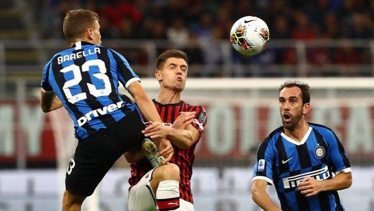 Duel Piatek dan Barella pada laga AC Milan vs Inter Milan di pekan ke-4 Serie A Italia 2019-20, Minggu (22/09/19) dini hari WIB. Copyright: © Twitter/@Inter_en