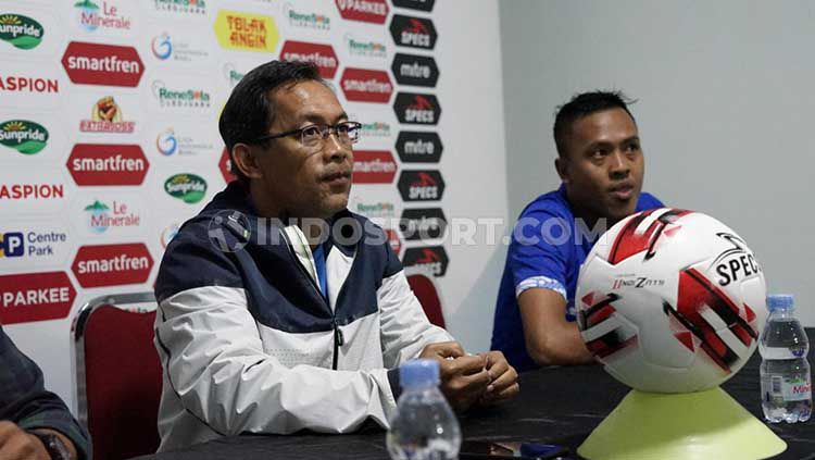 Aji Santoso memberi keterangan sebelum laga PSIM Yogyakarta vs Madura FC. Copyright: © Ronald Seger/INDOSPORT