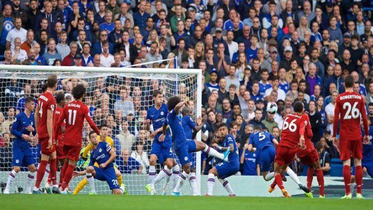 Gol tendangan bebas Trent Alexander-Arnold ke gawang Chelsea di pekan ke-6 Liga Inggris, Minggu (22/09/19). Copyright: © Twitter/@LFC