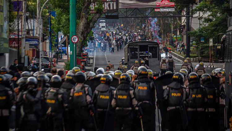 Mahasiswa bentrok dengan polisi menentang pemerintah untuk membatalkan revisi RUU KUHP dan berencana untuk melemahkan komisi anti korupsi (KPK), Kamis (26/09/2019). Copyright: © Rizqullah Hamiid/NurPhoto via Getty Images