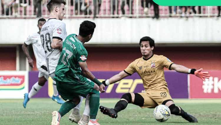 Salah satu pemain PSS Sleman berusaha membobol gawang Madura United Copyright: © pssleman