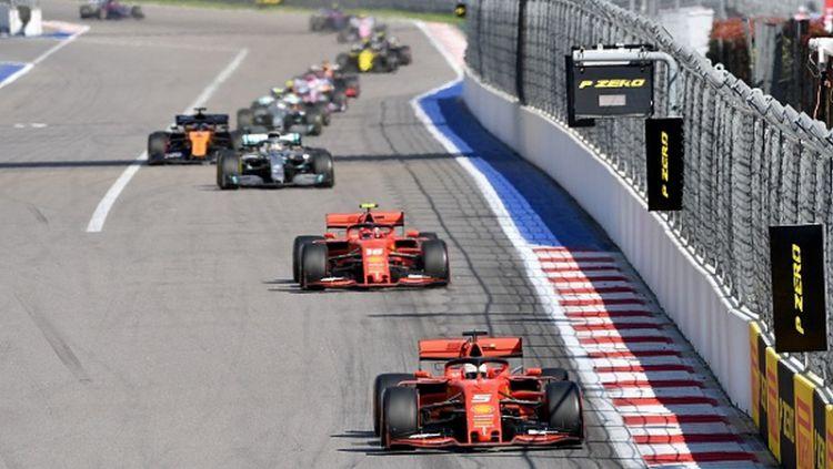 Pembalap Formula 1 tim Ferrari, Charles Leclerc, menunjukkan sikap berkelasnya terkait masalah yang dihadapi dengan Sebastian Vettel. Copyright: © DIMITAR DILKOFF/AFP/Getty Images