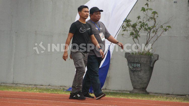 Ketua Panpel PSIS Semarang, Danur Rispriyanto (hitam), saat berkeliling Stadion Moch Soebroto bersama wakil ketua Pujianto. Copyright: © Alvin Syaptia Pratama/INDOSPORT