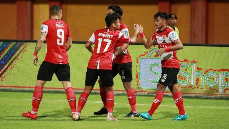 Syahrian Abimanyu melakukan selebrasi bersama Madura United di pertandingan Liga 1 2019. Copyright: © www.instagram.com/syahrian.abimanyu