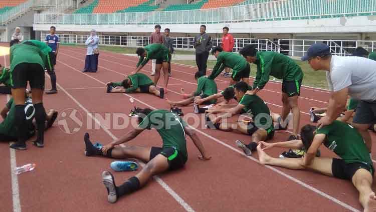 Timnas Indonesia U-23 saat melakukan pemanasan. Copyright: © Martini Gibsian/INDOSPORT