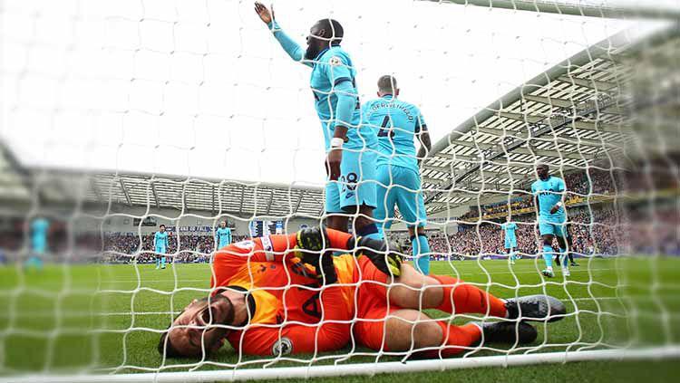 Cedera yang dialami kiper Tottenham Hotspur, Hugo Lloris, membuat David De Gea bereaksi dengan mengirim simpati kepada rekan seprofesinya itu Copyright: © Bryn Lennon/Getty Images