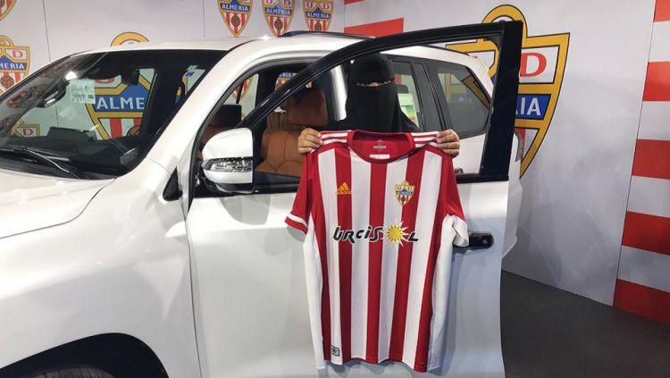 Wanita bercadar mendapatkan hadiah mobil dari klub kasta kedua Liga Spanyol, Almeria. Copyright: © Twitter/Turki ALALSHIKH