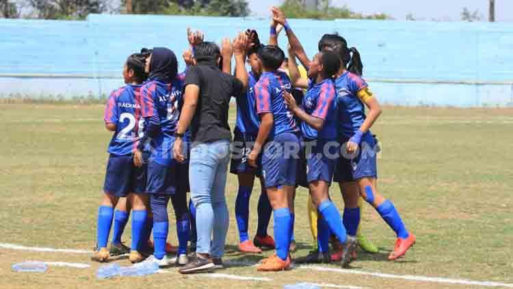 Pemain sepak bola wanita melakukan ritual sebelum laga. Copyright: © Ian Setiawan/INDOSPORT