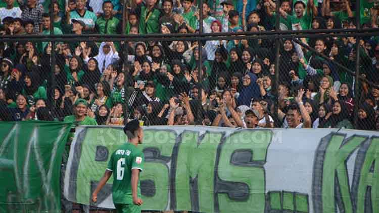 Pemain PSMS Medan, Bayu Tri Sanjaya, melakukan selebrasi di depan kelompok suporter PSMS, SMeCK Hooligan. Copyright: © Aldi Aulia Anwar/INDOSPORT