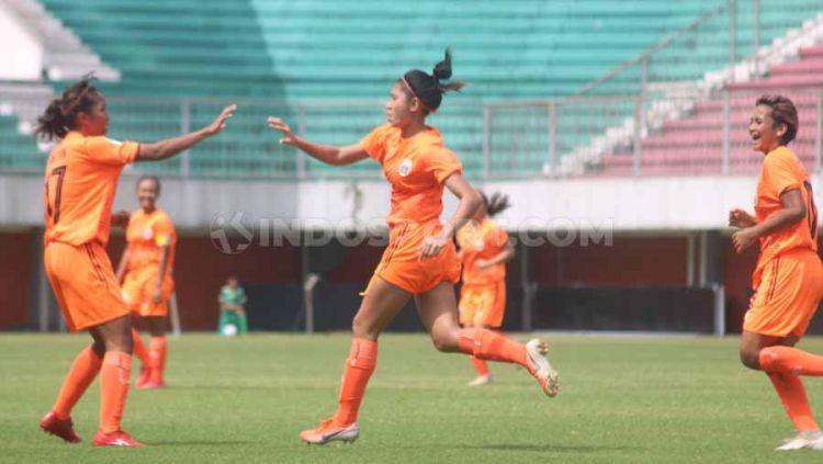 Pemain Persija Jakarta Putri, Zahra Muzdalifah jadi bintang kemenangan 2-1 atas Persib Bandung. Bomber imut itu mencetak brace dalam laga di Stadion Maguwoharjo, Rabu (09/10/19). Copyright: © Ronald Seger Prabowo/INDOSPORT