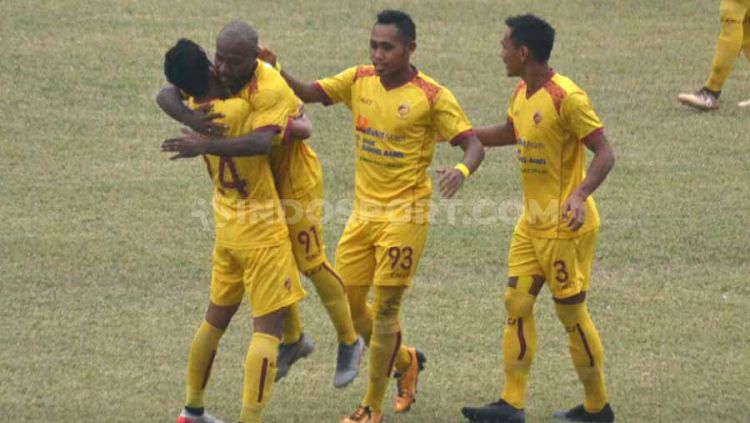 Pemain Sriwijaya FC, Yohanis Nabar usai mencetak gol ke gawang Blitar Bandung United. Copyright: © Muhammad Effendi