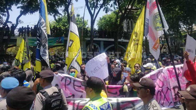 Ultras Gresik menggelar aksi di depan gedung DPRD Kabupaten Gresik pada Rabu (9/10/19). Copyright: © Fitra Herdian/INDOSPORT