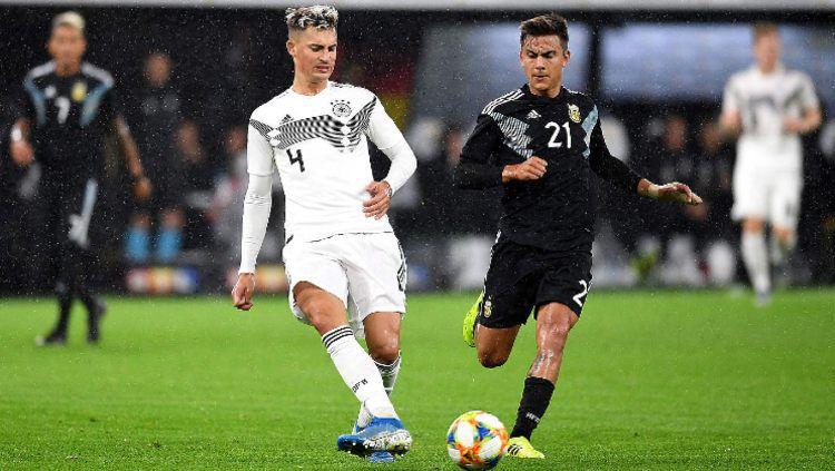 Robin Koch saat berebut bola dengan Paulo Dybala di pertandingan uji coba Jerman vs Argentina, Kamis (10/10/19) dini hari WIB Copyright: © www.dfb.de
