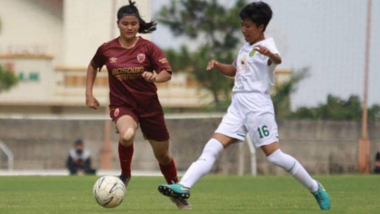 Pemain PSM Makassar Putri, Magdalena Unyet (merah), berebut bola dengan pemain Bali United di pertandingan Liga 1 Putri 2019, Rabu (09/10/19) sore. Copyright: © Media PSM