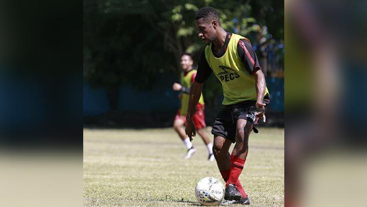 Salah satu striker Persipura U-20, Daud Kareth yang menjalani latihan bersama Persipura Senior. Foto: Official Persipura. Copyright: © Persipura Official