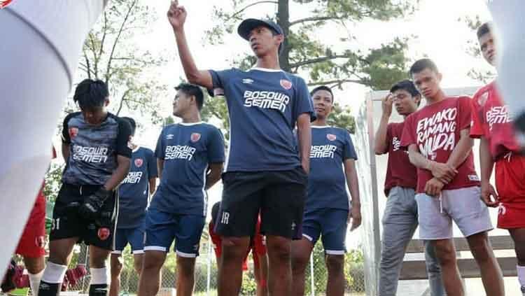 Pelatih PSM Makassar U-16, Muhammad Irfan Rahman, memberikan arahan kepada pemainnya. Copyright: © @akademipsmmakassar