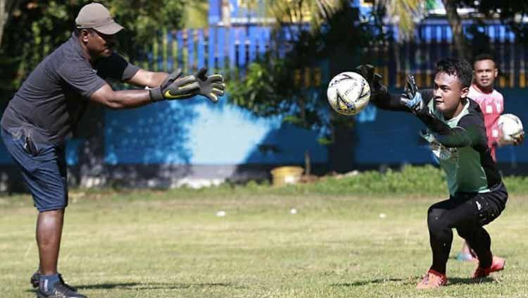 Kiper Kedua Persipura, Panggih Prio Sembodho (kanan) saat menjalani sesi latihan Copyright: © Persipura Official
