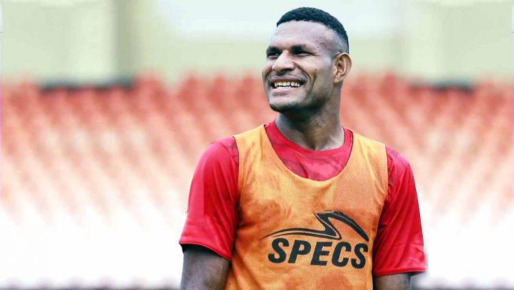 Pemain Persipura Jayapura, Marinus Wanewar tengah diselimuti kebahagiaan lantaran hari ini usianya bertambah. Copyright: © Persipura Official