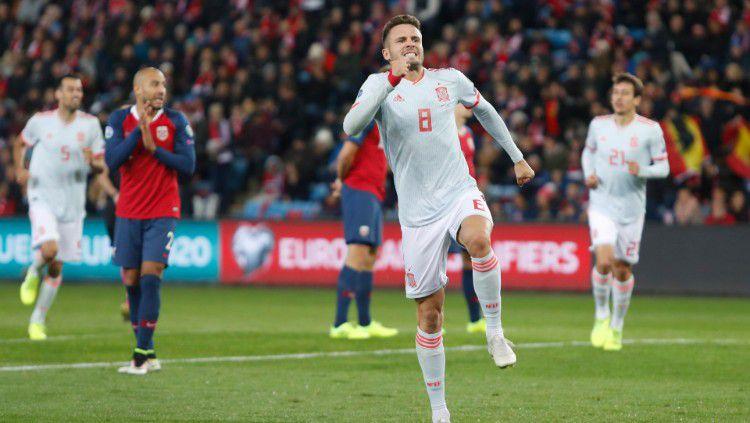 Gelandang Spanyol, Saul Niguez, melakukan selebrasi atas golnya ke gawang Norwegia. Copyright: © https://twitter.com/SeFutbol
