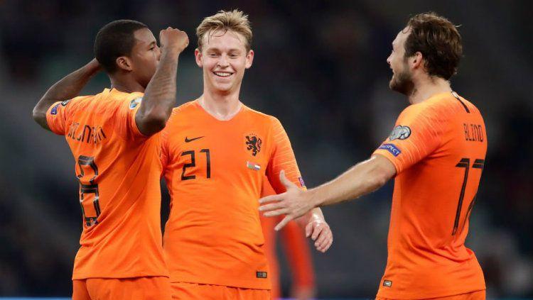 Pemain Belanda, Georginio Wijnaldum merayakan gol bersama rekan-rekannya. Copyright: © https://twitter.com/UEFAEURO