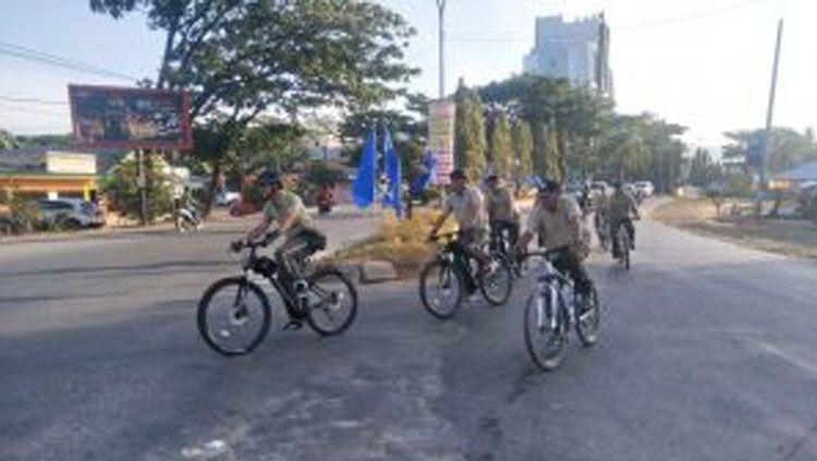 Eks Dandim 1417 Kendari Kolonel Kav Hendi Suhendi mengajak para anggota TNI gowes. Copyright: © kodim1417.kodam14hasanuddin-tniad.mil.id