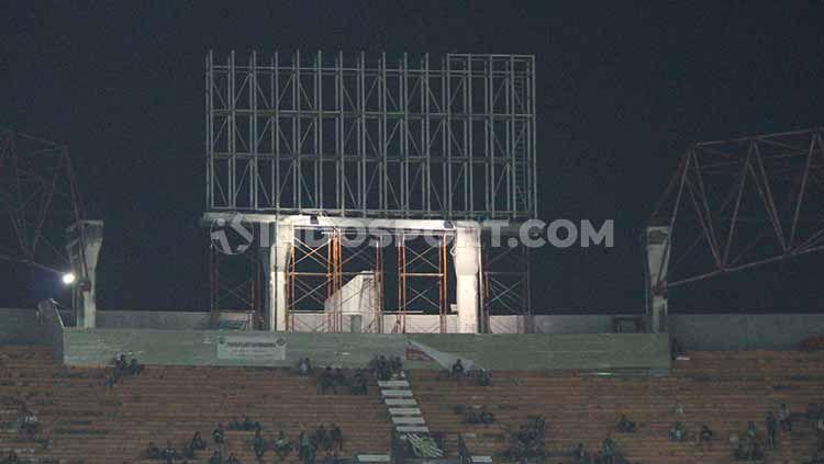 Kerangka papan skor digital sudah terlihat di Stadion GBT pada Jumat (11/10/19). Copyright: © Fitra Herdian/INDOSPORT