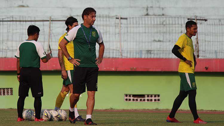Indosport - Suasana latihan pemain Persebaya Surabaya jelang laga kontra Persib Bandung di Liga 1 2019.