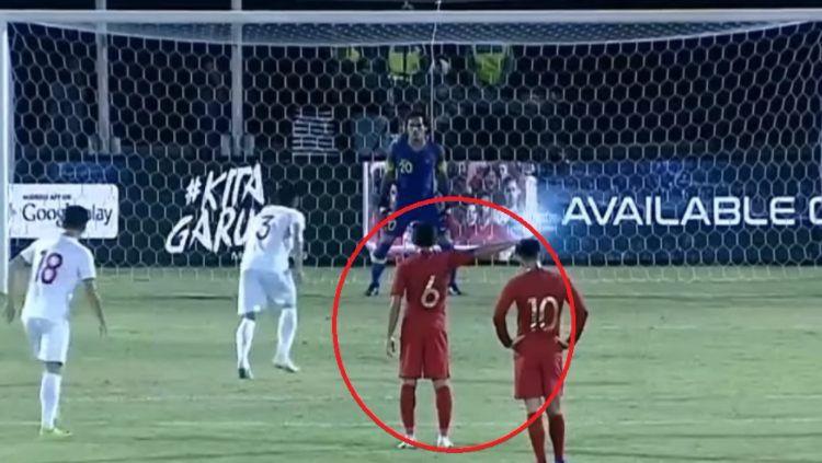 Evan Dimas memberikan arahan kepada Muhammad Ridho di laga Kualifikasi Piala Dunia 2022 antara Timnas Indonesia vs Vietnam. Copyright: © Youtube