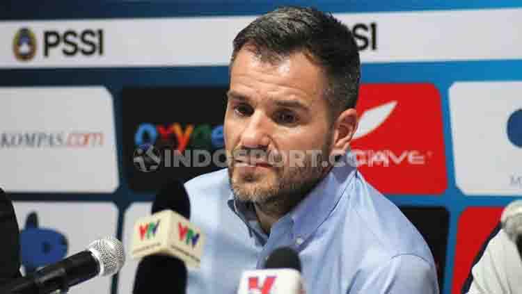 Eks pelatih Timnas Indonesia, Simon McMenemy, kembali curhat ke media asing mengenai kekecewaannya terhadap suporter sepak bola Indonesia. Copyright: © Nofik Lukman Hakim/INDOSPORT