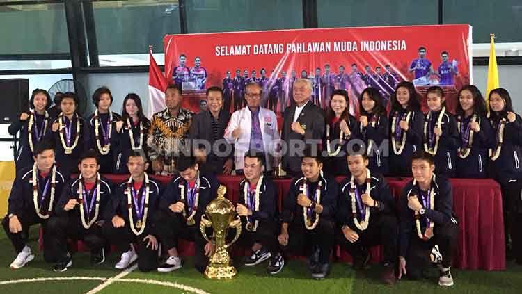 Tim Bulutangkis Junior Indonesia disambut oleh pihak Kemenpora dan PBSI di Bandara Soekarno-Hatta. Copyright: © Petrus Manus Da'Yerimon/INDOSPORT
