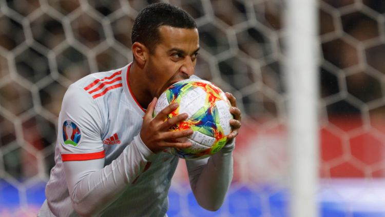 Thiago Alcantara menggigit bola saat melawan Swedia di kualifikasi Euro 2020. Copyright: © Mike Kireev/MB Media/Getty Images
