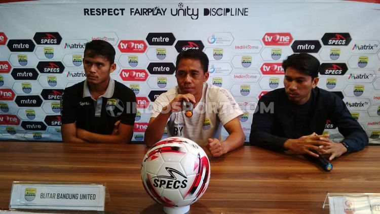 Pelatih Blitar Bandung United, Budiman (tengah) saat konferensi pers di Graha Persib, Jalan Sulanjana, Kota Bandung, Rabu (16/10/2019). Copyright: © Arif Rahman/INDOSPORT